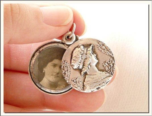 Medallón Art Nouveau de bronce enchapado en plata 925. Francia principios de 1900