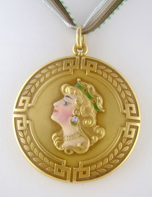 Medallón Art Nouveau de oro amarillo de 14K decorado con un rostro de mujer aporcelanado, fabricado por Alling Co, Estados Unidos 1910