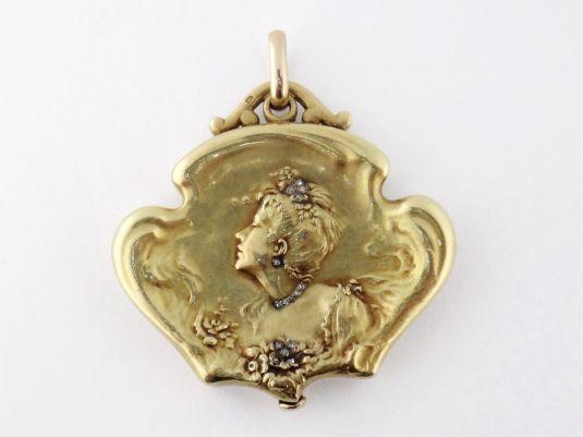 Medallón Art Nouveau de oro amarillo de 18K decorado con un perfil clásico del estilo Art Nouveau con diamantes incrustados. Francia 1890s