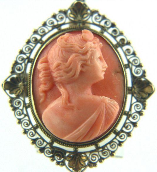 Medallón Art Nouveau de oro de 12 k. y camafeo con el busto de Diana en coral. Estados Unidos 1890