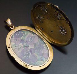 Medallón Art Nouveau de oro rojo de 14k y diamantes. Rusia, 1908.