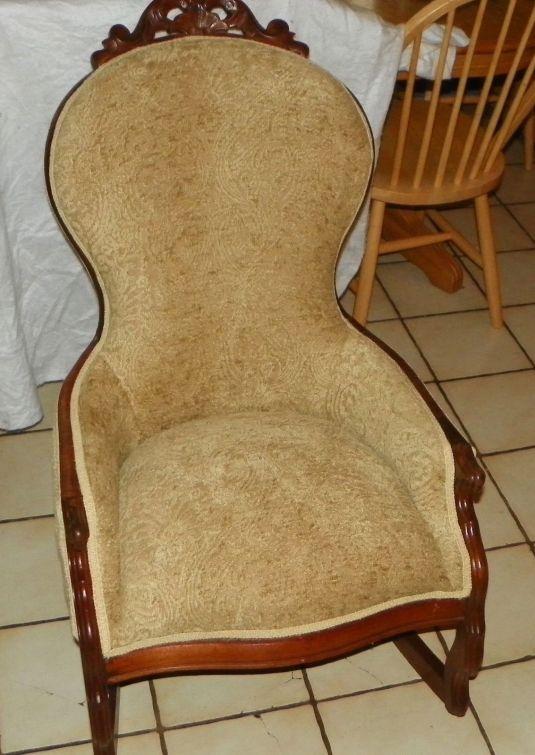 mecedora 1800 1899 USA madera nuez, con talla en la cabecera y tapizada en terciopelo