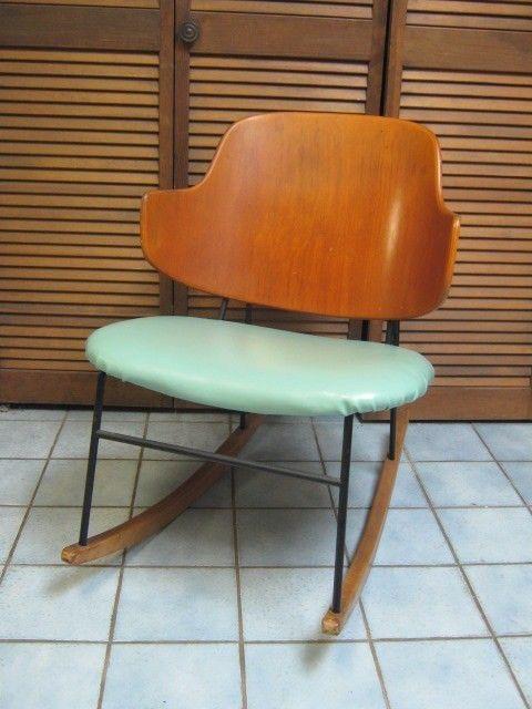 mecedora 1950 Dinamarca , estilo escandinava, estructura de madera, asiento forrado de vinyl y base de fierro,