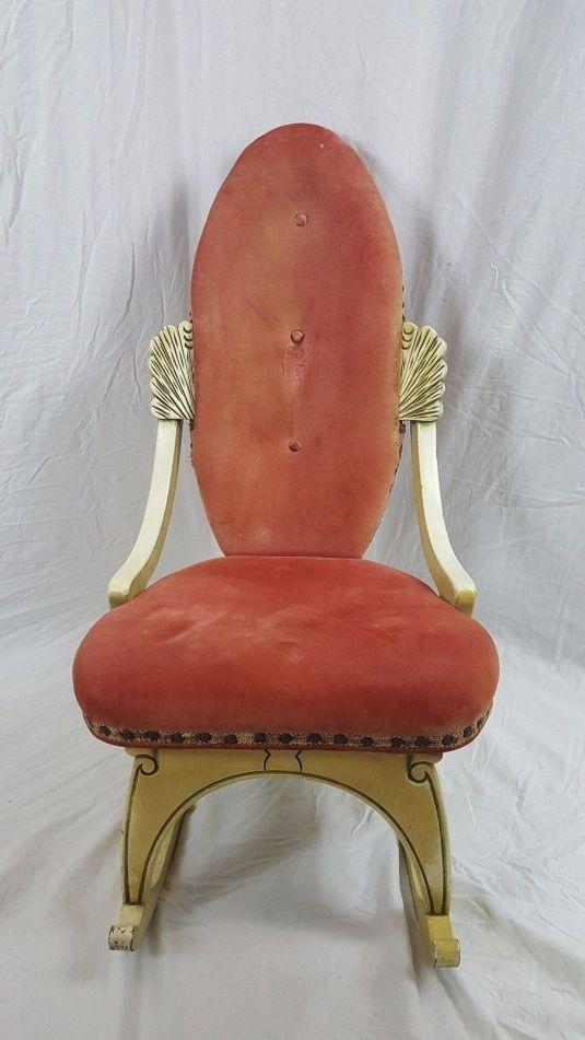 mecedora 1950 Francia, estructura de madera pintada en color hueso, con algo de talla, tapiz en terciopelo en asiento y respaldo