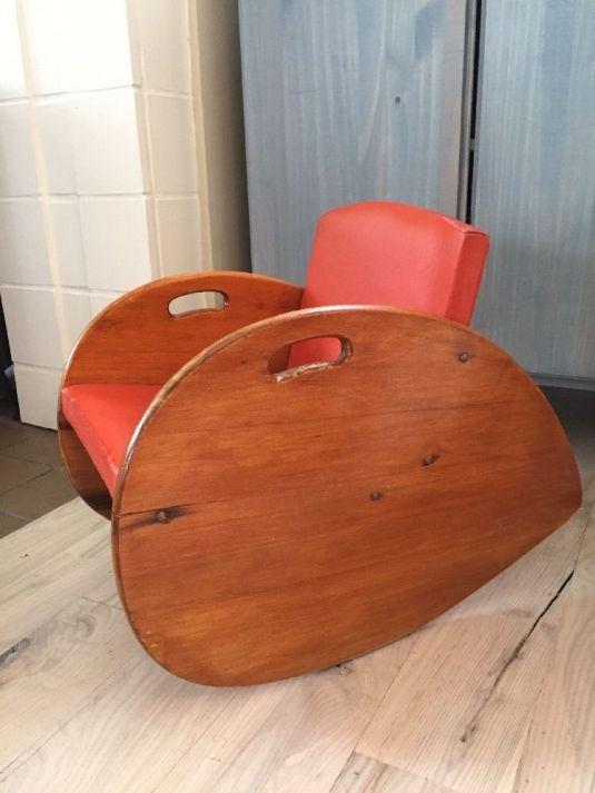 mecedora 1950 USA para nino, estructura de madera y tapiz en asiento y respaldo en vinyl color naranja
