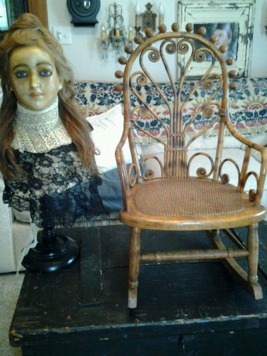 mecedora de 1800 1988 USA para nino, estructura de ratán y asiento de mimbre, fabricada por Wakefield Rattan Co.