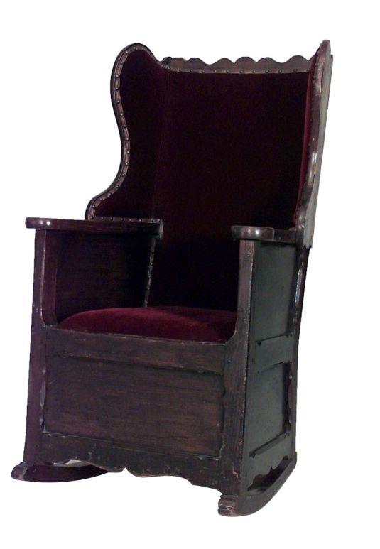 mecedora finales de 1700 o inicios de 1800 Inglaterra, madera pino, estilo campestre, con tapiz de terciopelo en el respaldo y asiento