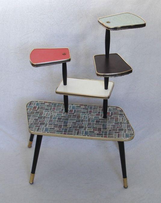 mesita pop art de cinco niveles, madera con tableros revestido de fórmica de distintos colores, rivete de metal banado en bronce. Alemania 1950s
