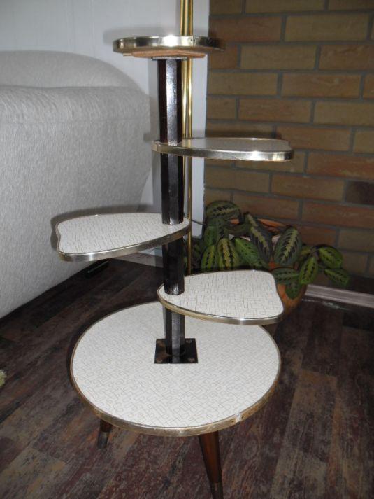 mesita pop art de cinco niveles , madera, tableros revestidos de fórmica blanca. Alemania 1950s