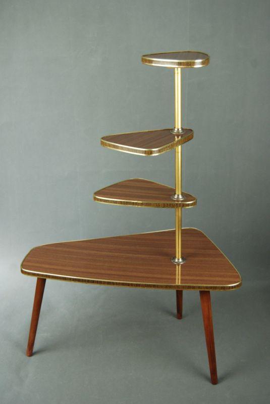 mesita pop art de cuatro pisos de madera, tablero de fórmica color madera, rivetes y varilla de aluminio. Dinamarca 1950s