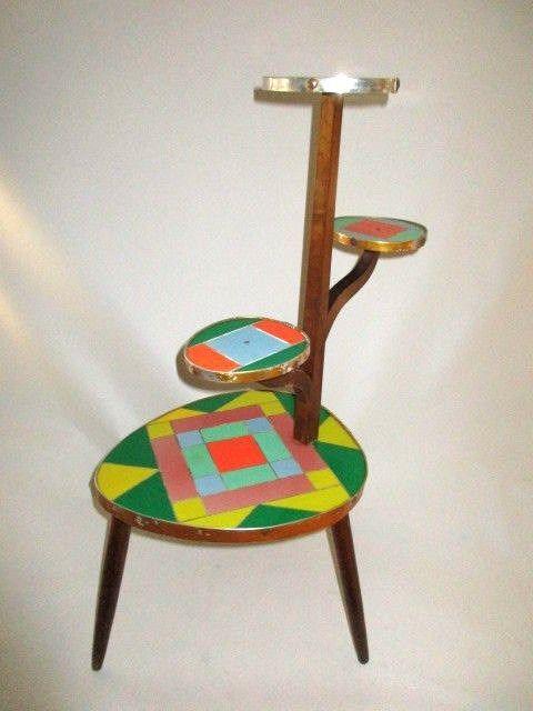 Mesita pop art de cuatro pisos de madera, tablero de fórmica multicolor, rivetes de aluminio. Dinamarca 1950s