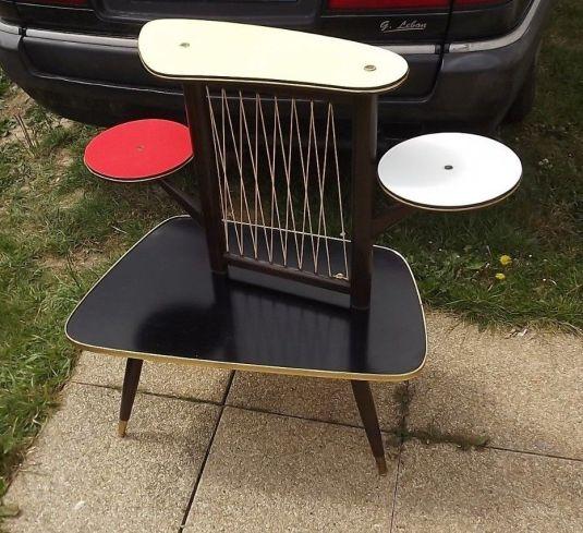 mesita pop art de cuatro tableros, madera, tableros revestidos de fórmica de distintos colores, bordes de aluminio y rejilla de alambre. Alemania 1950s