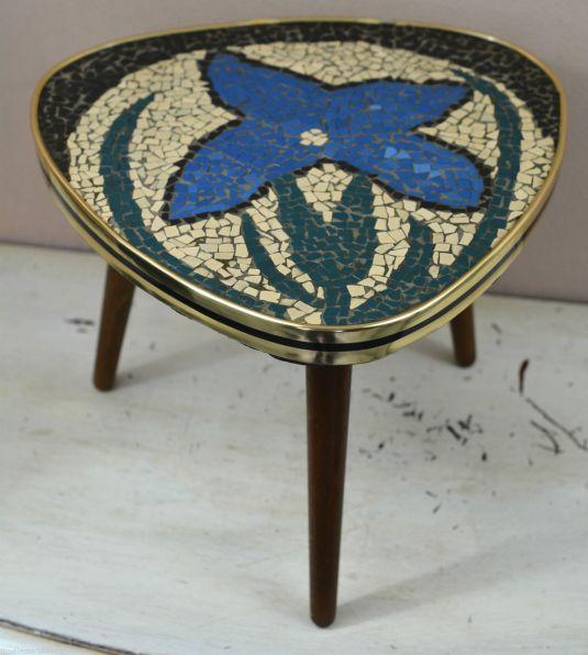 mesita pop art de madera, tablero revestido de mosaico que forma una flor, rivete de metal banado en bronce. Alemania 1950s