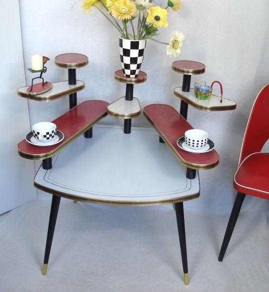mesita pop art de nueve niveles , madera, tableros revestidos de fórmica blanca y roja, rivete de metal banado en bronce. Alemania 1950s