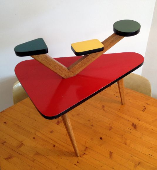 Mesita pop art trípode de madera y tableros revestidos de fórmica en cuatro colores distintos. Alemania 1950s