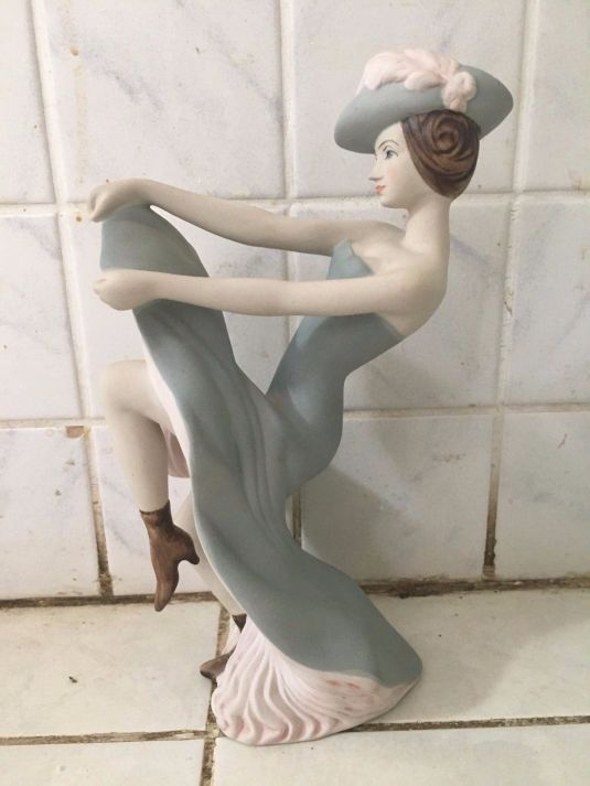 oficio bailarina francesa de cancan en porcelana Royal Dux, Rep. Checa