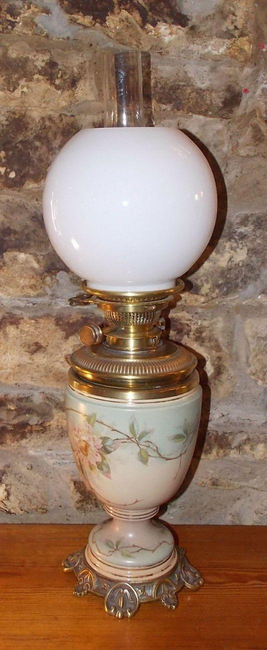 lamparín victoriano fanal de vidrio de leche cuerpo de porcelana Royal Doulton pintada a mano con camelias base de bronce Inglaterra