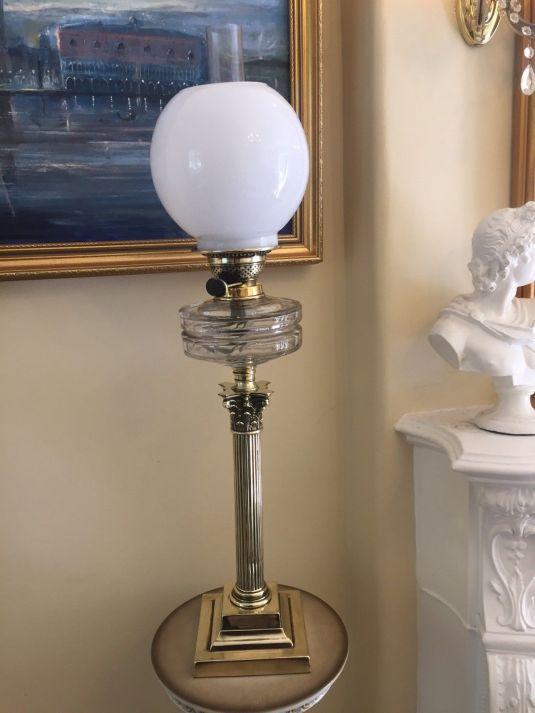 lamparín victoriano, fanal de vidrio de leche, cuerpo de vidrio transparente y base columna corintia de bronce, fabricada en Inglaterra