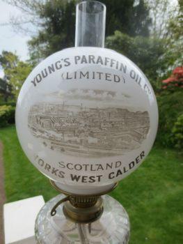 Lamparín victoriano publicitario de una fábrica de lamparines de parafina de Escocia. Tiene fanal de vidrio de leche pintado a mano con la publicidad. cuerpo de bronce decorado con bola de vidrio transparente labrado.