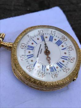 Reloj de bolsillo para dama elaborado en oro de 18k. Está esmaltado y tiene diamantes. Suiza 1896.