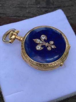Reloj de bolsillo para dama elaborado en oro de 18k. Está esmaltado y tiene diamantes incrustados. Suiza 1896.
