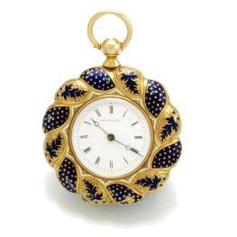 Reloj de bolsillo para dama elaborado en oro de 18K . Está esmaltado y tiene un querubín pintado a mano. Suiza 1880s.