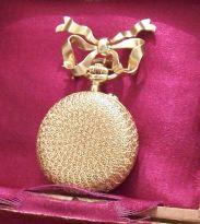 Reloj de bolsillo para dama elaborado en oro 18 kilates. Tiene retrato esmaltado en su interior. Este modelo se hizo para que las damas tengan el retrato de su pareja en el reloj. Suiza 1900.