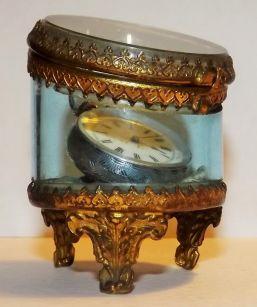 Reloj de bolsillo para dama elaborado en plata con estuche de cristal y bronce. Estilo Victoriano. Francia 1880.