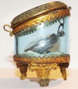 Reloj de bolsillo para dama y estuche de cristal y bronce. Este reloj victoriano es de plata 925. Francia 1890.