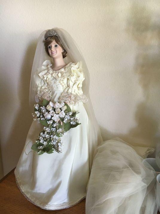Diana muneca con cuerpo de porcelana de Diana vestida de novia