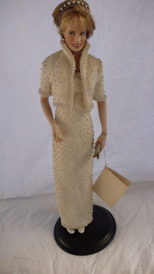 Diana muneca de porcelana de Diana vistiendo uno de sus vestidos más famosos. Fabricada en China