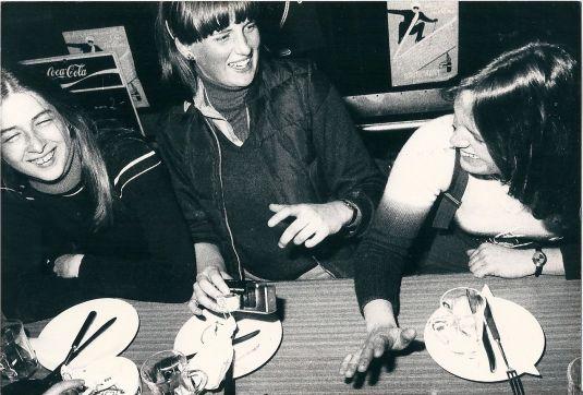 Diana Princess of Wales a la edad de 17 con amigas del College en Suiza, 1978