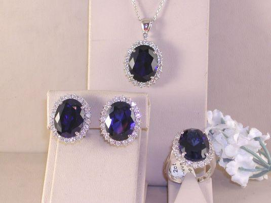 Copia del anillo de compromiso de Diana a juego con pendientes y collar. El set esta elaborado en oro blanco y diamantes.