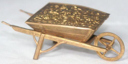 porta agujas de bronce en forma de carretilla de minero Inglaterra 1870