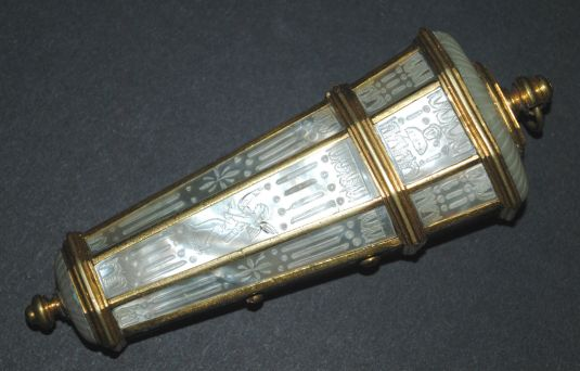 porta agujas de bronce y madre perla tallada con querubines Francia siglo XVIII